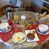 Petit-déjeuner servi à table pour les chambres