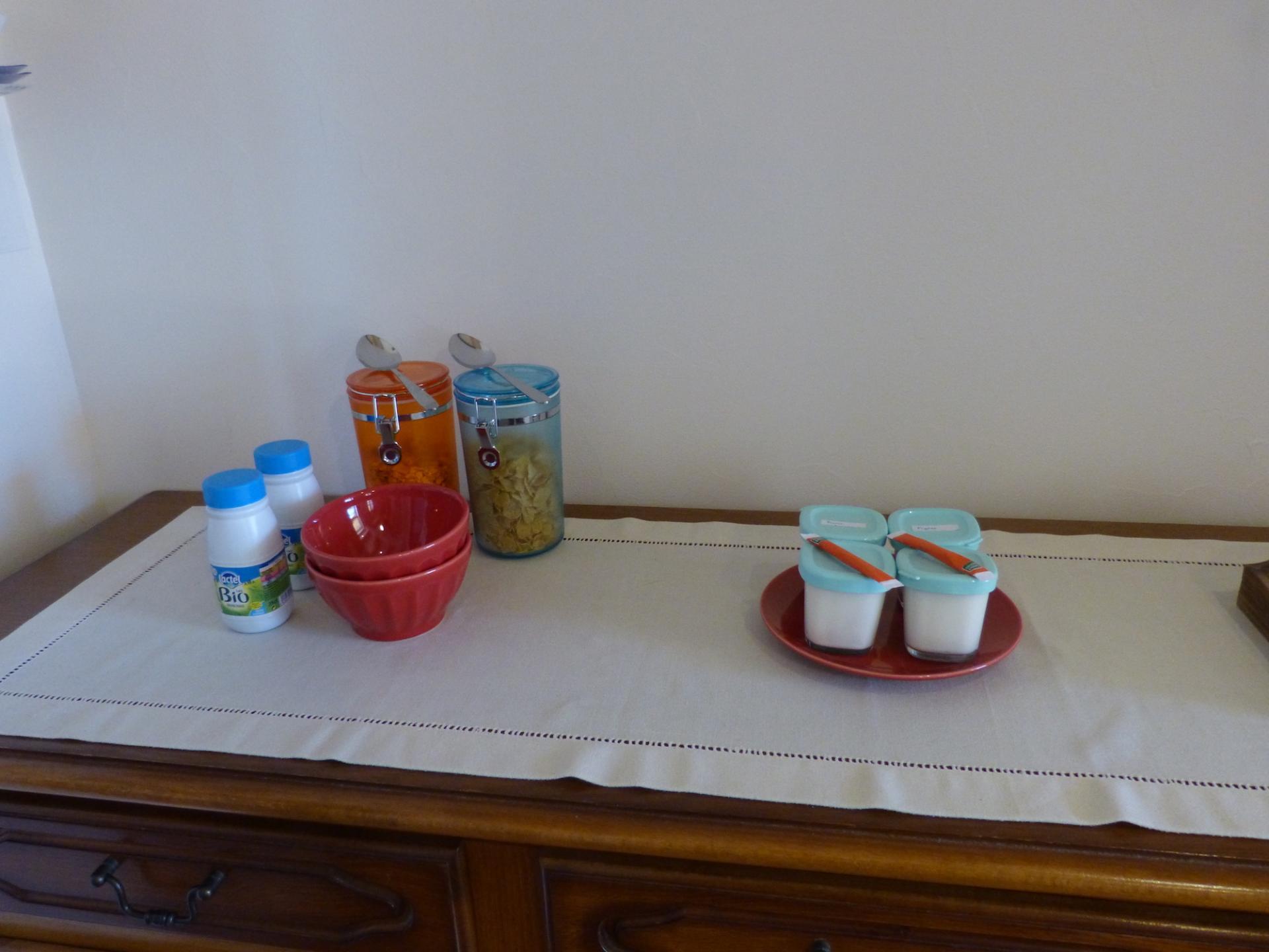 """Petit-déjeuner servi à table pour les chambres """"Plein sud"""" et """"Soleil couchant"""""""