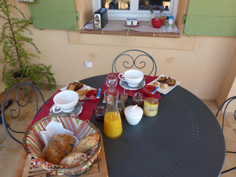 Petit-déjeuner servi en terrasse pour les chambres