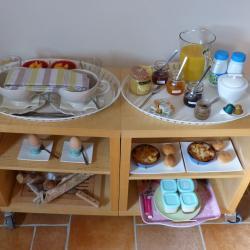"""Petit-déjeuner servi sur desserte et apporté dans la chambre """"Coquelicots"""""""